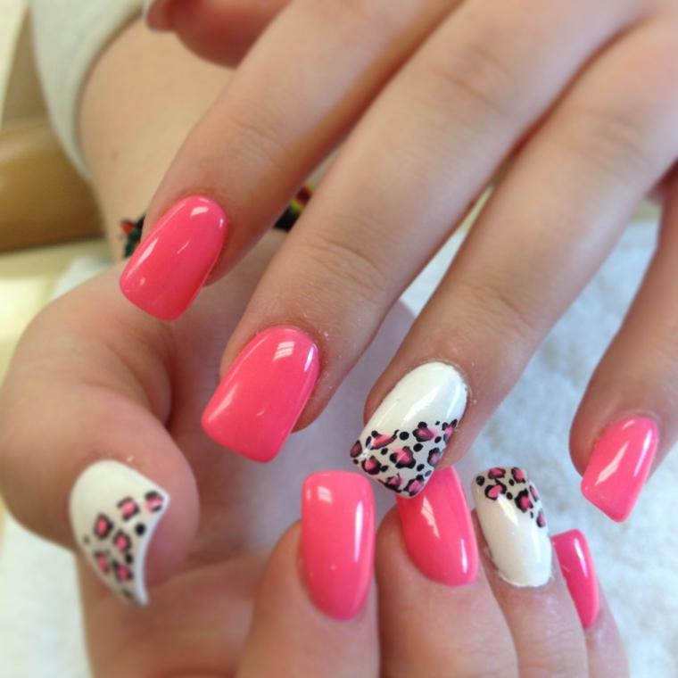 unghie colorate, una manicure realizzata con uno smalto rosa fragola e bianco con decorazioni animalier