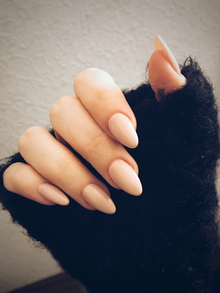 Ricostruzione unghie a gel, idea con uno smalto di color pelle e una forma a mandorla