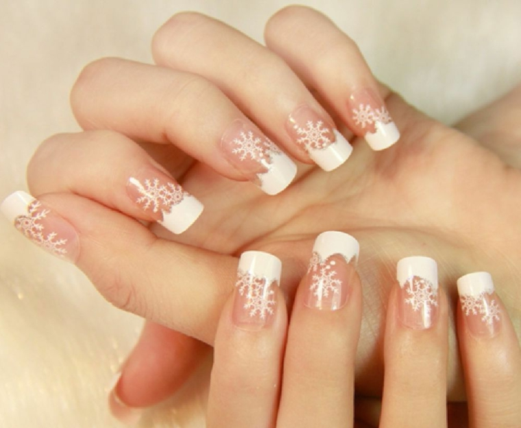 unghie gel natalizie, un'idea sobria ed elegante per le amanti della french con fiocchi di neve