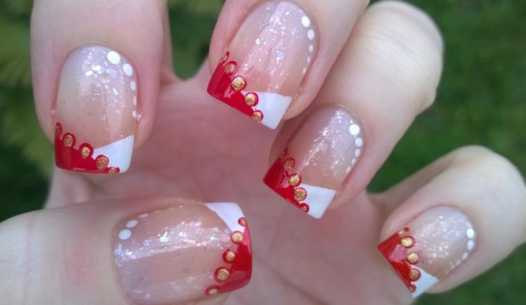 idea per decorare le unghie in occasione del natale in modio sobrio nei colori tipici delle feste