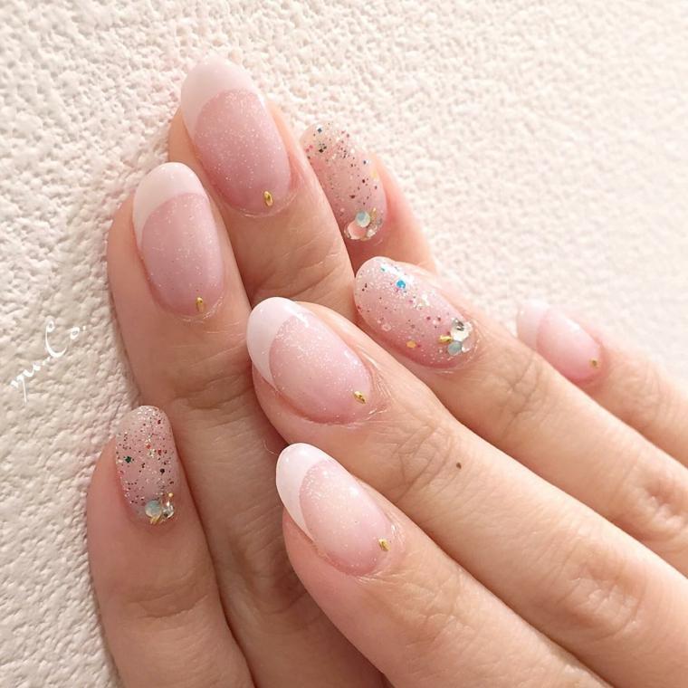 idea per realizzare una french manicure diversa dal solito con dei glitter su alcune unghie