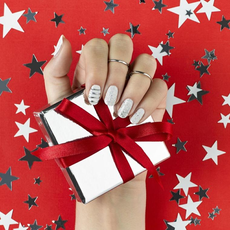 unghie decorate per il natale, una proposta con base bianco opaca con delle decorazioni argentate