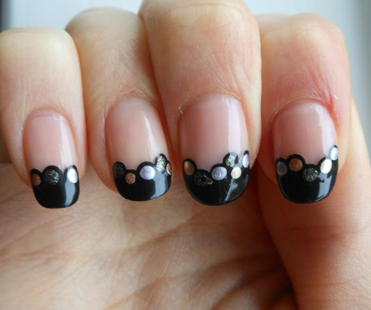idea per decorare le unghie in occasione delle feste di natale con smalto nero nella parte finale e palline oro e argento