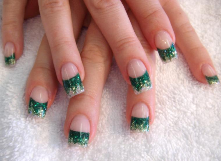 idea per una manicure natalizia con unghia lunga e squadrata, smalto verde e bianco glitterato nella parte finale
