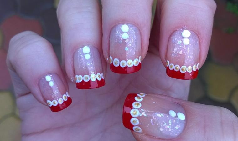 proposta per una nail art di natale semplice, graziosa e sobria con una riga finale rossa e pallini bianchi e oro