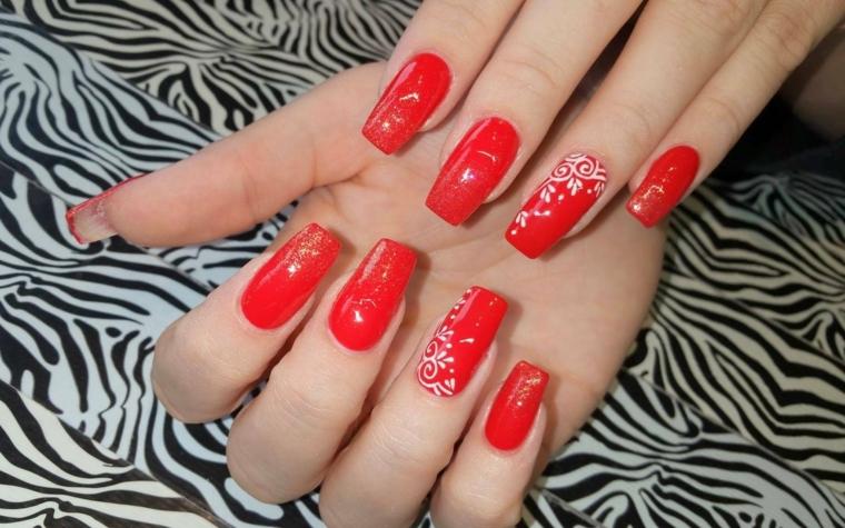 unghie lunghe e squadrate dipinte di rosso e decorate con bianco e oro