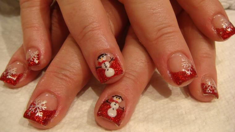 idea per decorare le unghie per il periodo di natale con dello smalto rosso glitterato e dei disegni a forma di pupazzo e di fiocco di neve