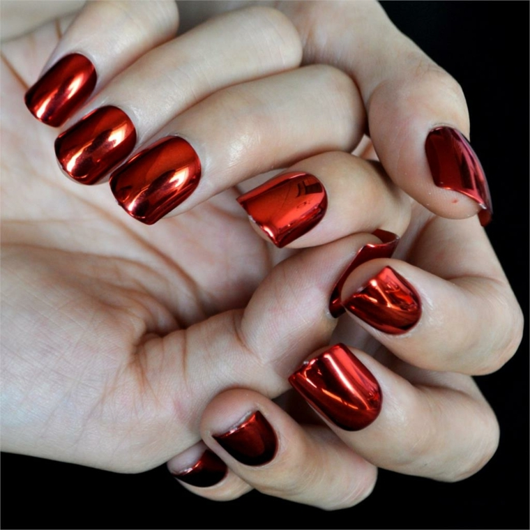 smalto metallizzato color arancio-rosso per una manicure all'ultima moda
