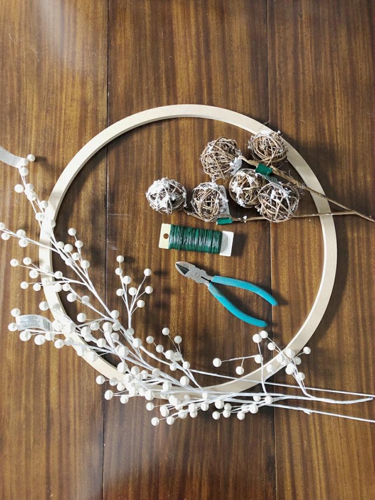 materiali per addobbi natalizi fatti a amano anello di legno con palline e rametti secchi