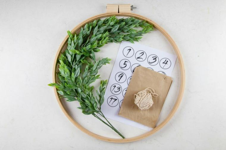 materiali per corona natalizi idee addobbi natalizi fai da te anello di legno rametti verdi