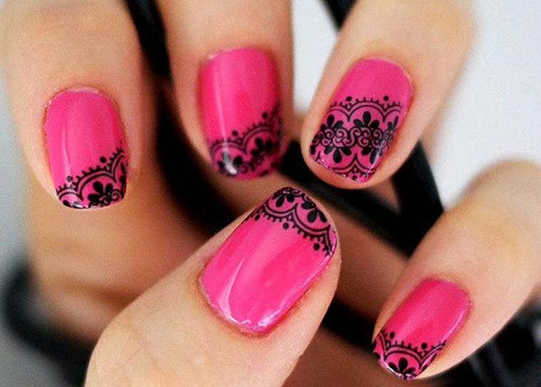 manicure colorata realizzata con uno smalto di color rosa intenso e decorazioni in nero