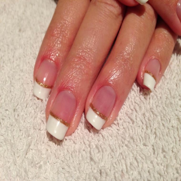 french manicure resa preziosa e adatta alle feste grazie ad una sottile linea dorata