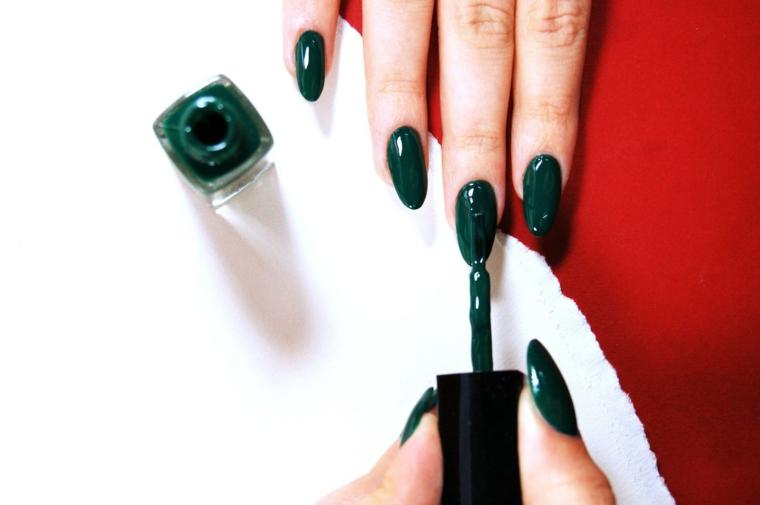 unghie natalizie semplici, una proposta monocolore con smalto verde scuro, sobria ed elegante