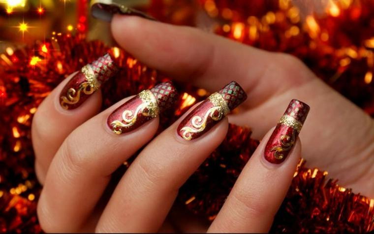 unghie natale, una nail art sofisticata ed elegante nei colori tipici delle feste, il rosso e l'oro