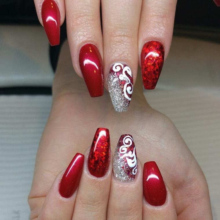 unghie gel natalizie, un'idea molto elegante con smalto diverso per ogni unghia e dito medio decorato con dei brillantini