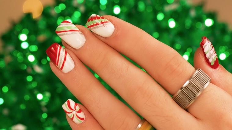 unghia natalizie, un'idea graziosa ed elegante con base bianca e decorazioni rosse, verdi e oro