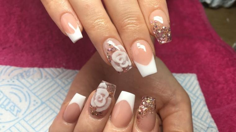 manicure elegante e romantica al tempo stesso con il rosa e i brillantini protagonisti