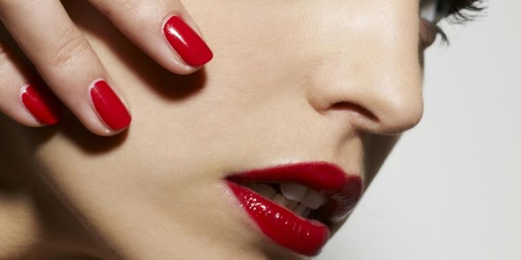 nail art rosso, una manicure realizzata con uno smalto scuro e non troppo lucido per un effetto ancor più elegante