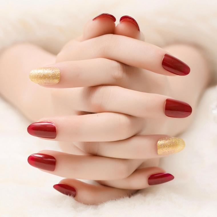 nail rosse, un'idea per realizzare una manicure elegante e raffinata con un tocco dorato