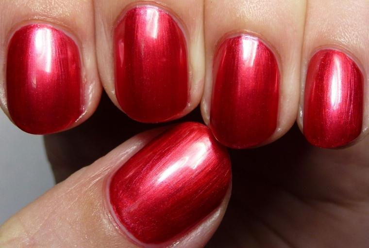 unghia rosse, un'idea per la manicure di capodanno realizzata con smalto metallizzato tinta unita