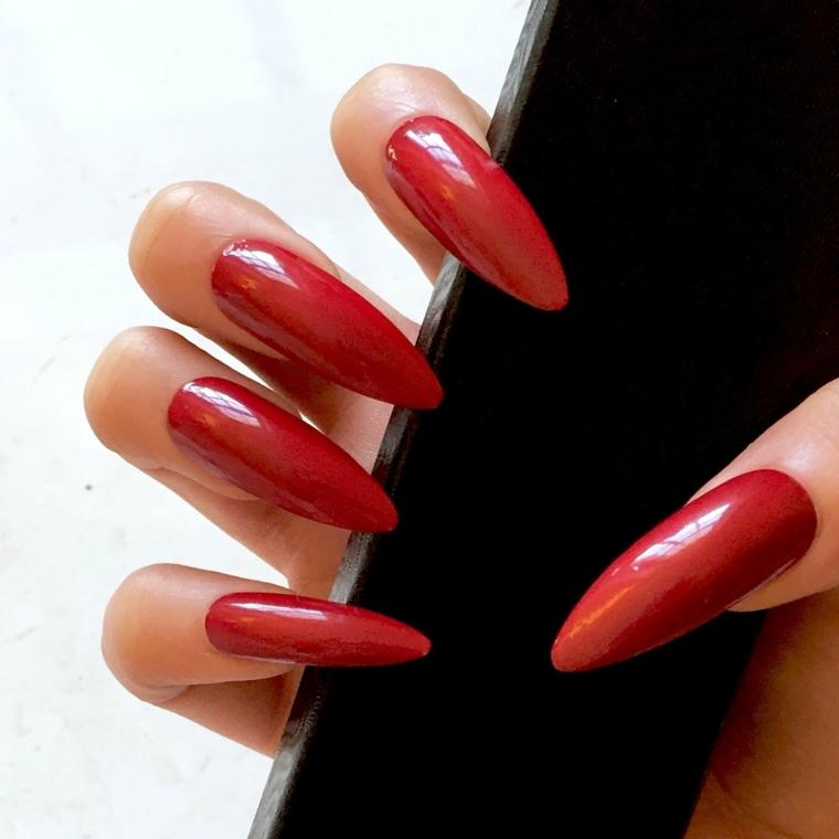 gel rosso, una manicure aggressiva e sexy grazie alla tonalità di rosso e alla forma a stiletto