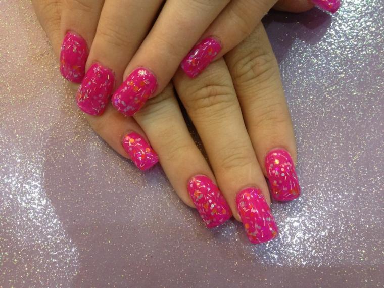 manicure realizzata con uno smalto fucsia con delle decorazioni discrete uguali per tutte le unghie