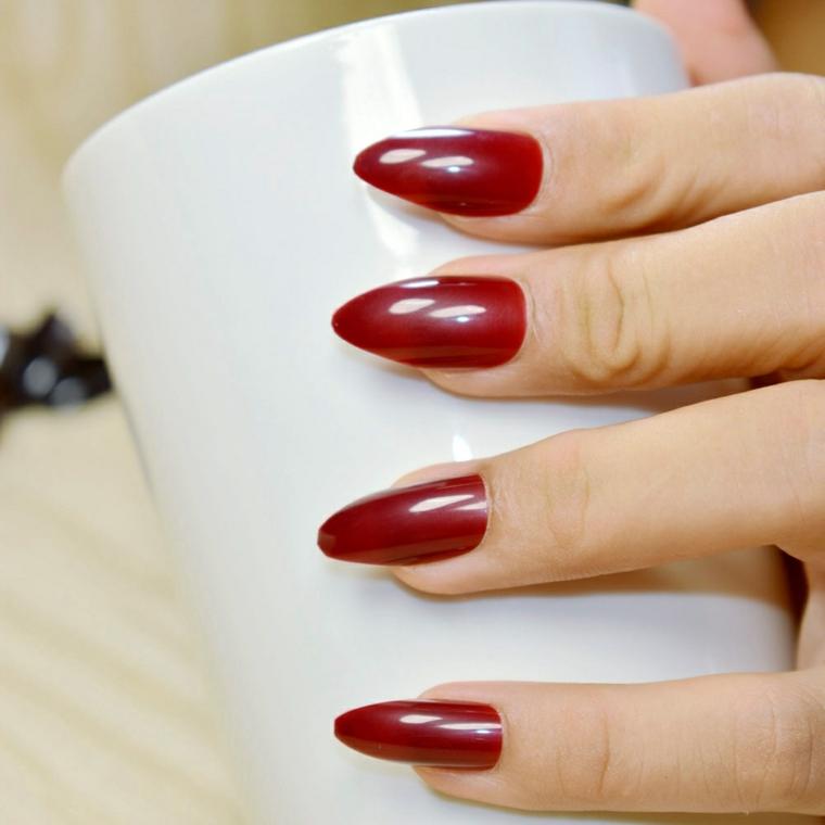 Unghie a mandorla, smalto gel di colore rosso con riflessi luminosi