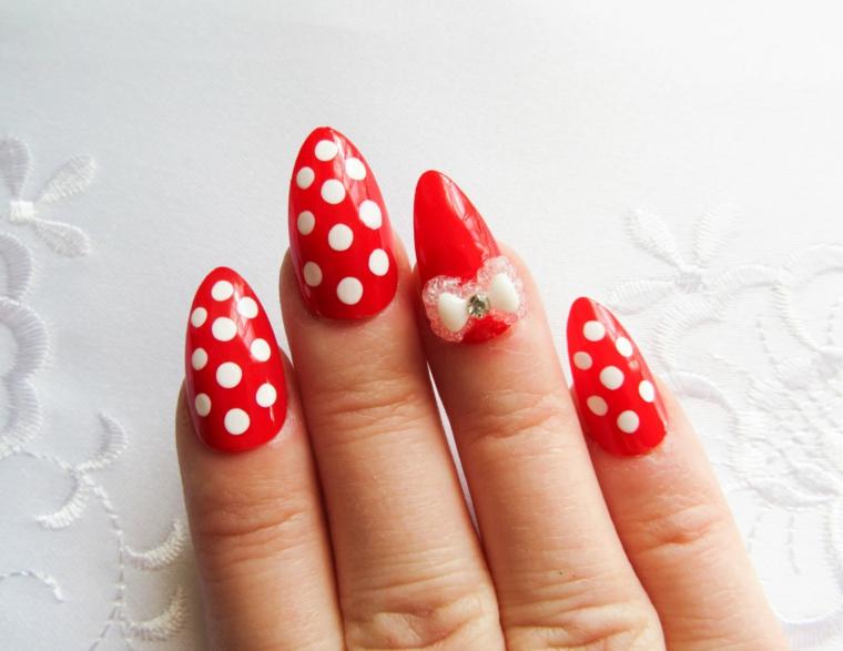 Forma unghie di colore rosso con decorazione a pois bianche e fiocco rosa