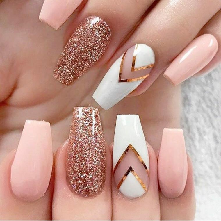 unghie decorate, una manicure elegante e raffinata realizzata con smalti rosa chiaro, bianco e glitter