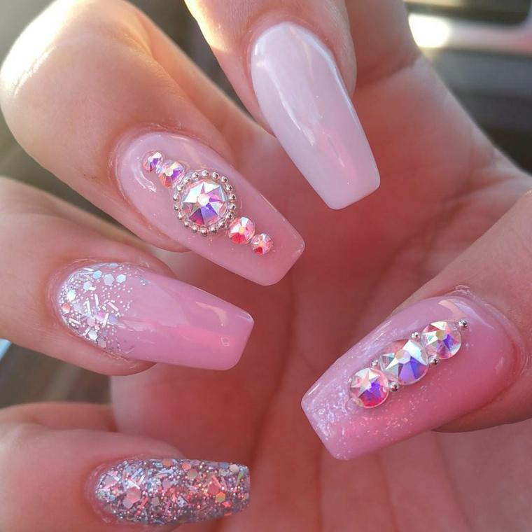 manicure elegante e raffinata realizzata con una base rosa, glitter e pietre brillanti