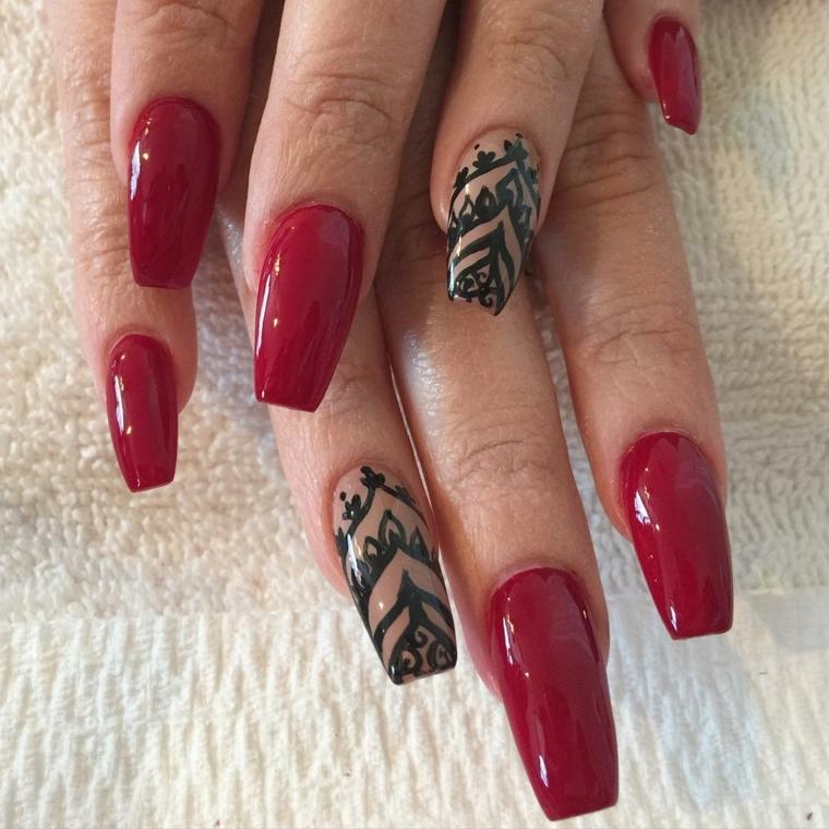 unghie rosse gel, una manicure realizzata su unghie lunghe con smalto tendente al bordeaux e anulare color carne con decorazioni nere
