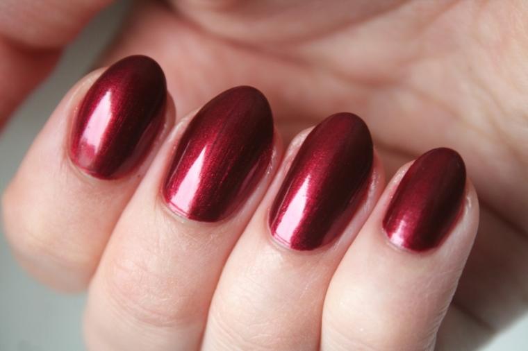 gel rosso, una manicure semplice quanto elegante con smalto bordeaux metallizzato