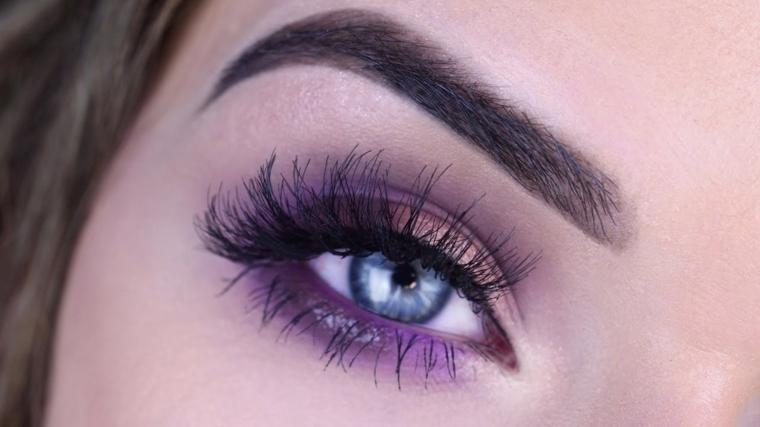 trucco per gli occhi azzurri con della matita viola e dell'ombretto bronzo