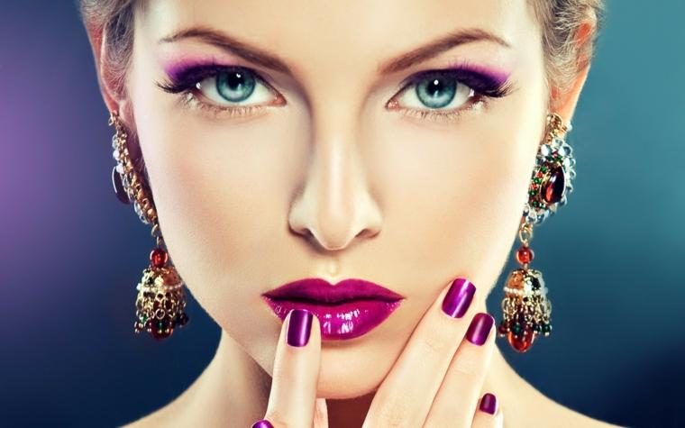 ombretto viola sfumato, matita e rimmel neri per enfatizzare l'azzurro degli occhi