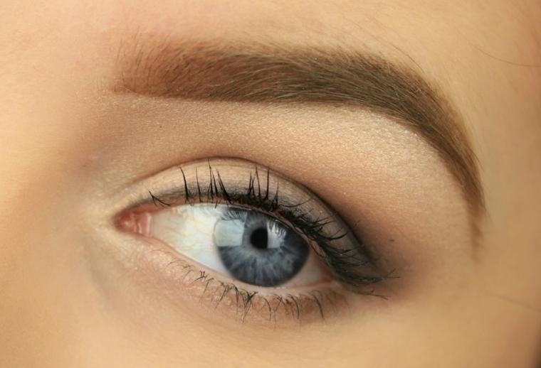 trucco per gli occhi azzurri semplice e naturale con una leggera matita nera e dell'ombretto color carne