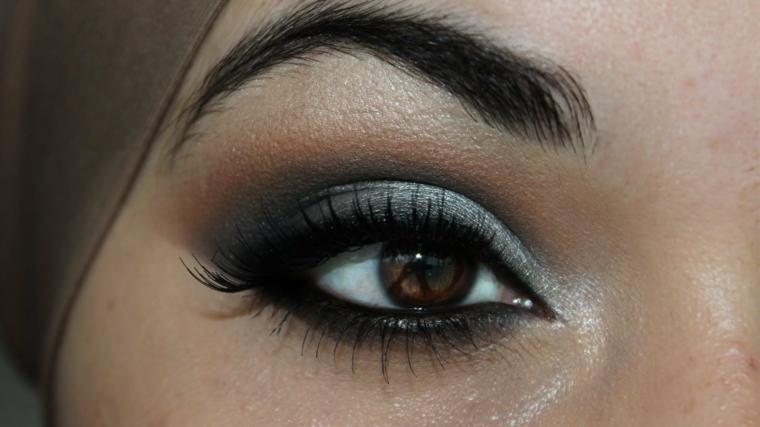trucco per gli occhi color nocciola con degli ombretti opachi dal verde al marrone, rimmel e matita neri