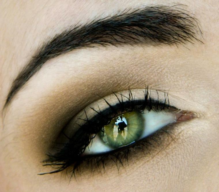 trucco semplice con della matita nera e dell'ombretto sfumati per esaltare il verde degli occhi