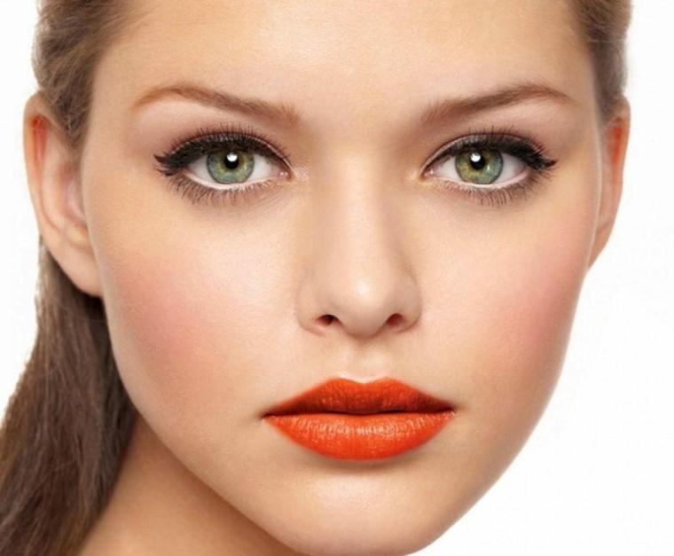 make up semplice realizzato con eye liner nero, matita bianca all'interno dell'occhio e ombretto naturale