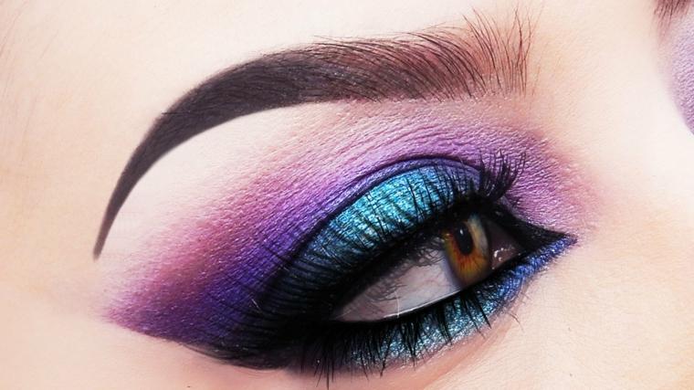 make up per gli occhi dai colori brillanti e vivaci, con della matita e del rimmel neri
