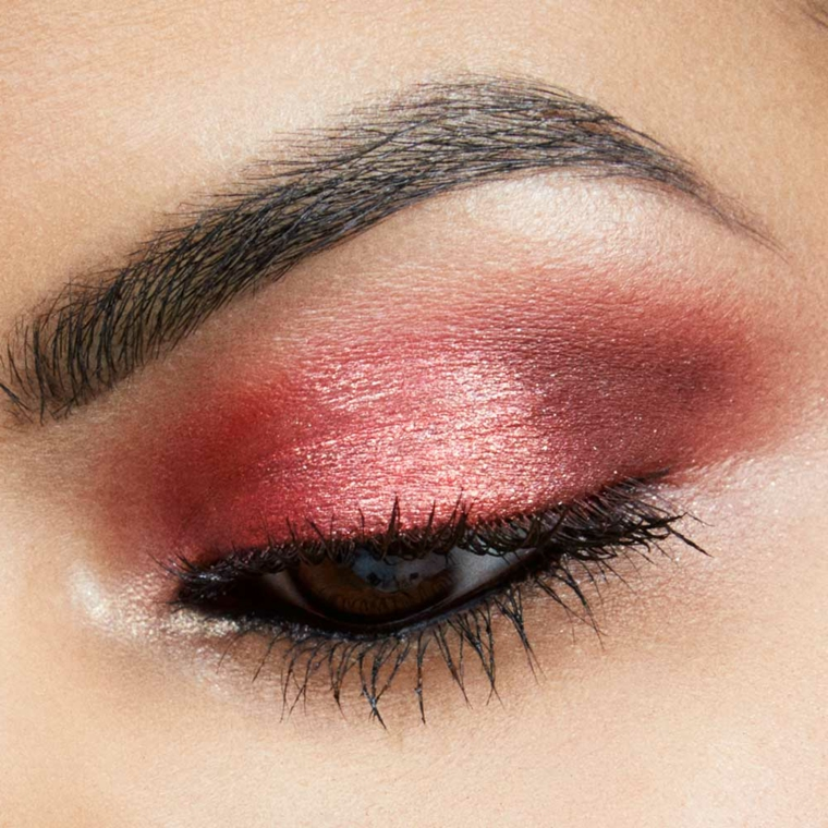 truccare gli occhi, ombretto rosso perlato con del rimmel nero, ideali per occhi scuri
