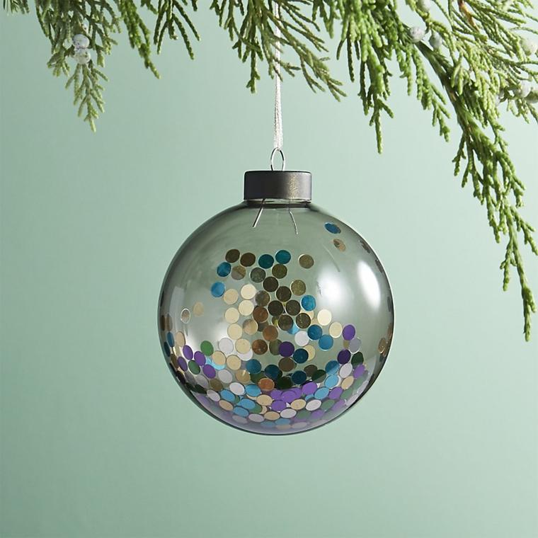 Palline natalizie, idea per una con glitter e paillets da appendere all'albero di Natale