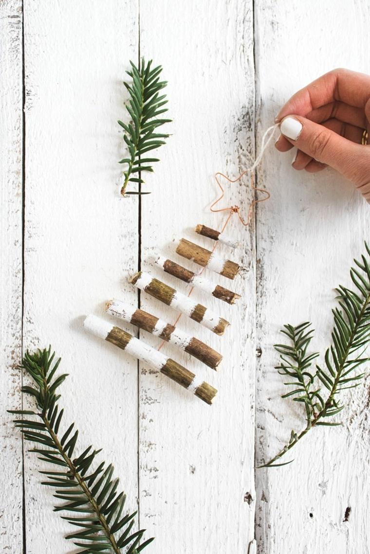 Alberi di Natale originali con dei pezzettini di legno dipinto di bianco con rametti verdi