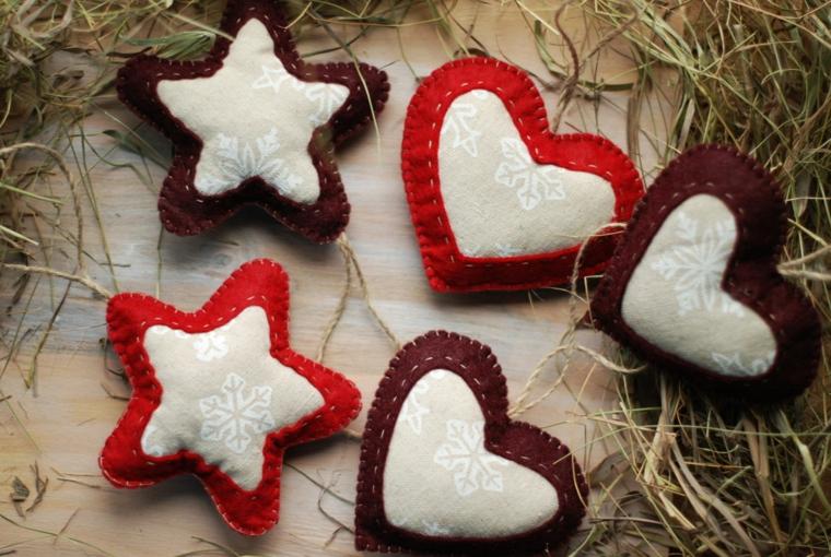 Fare dei piccoli ornamenti in tessuto a forma di stelle e cuoricini