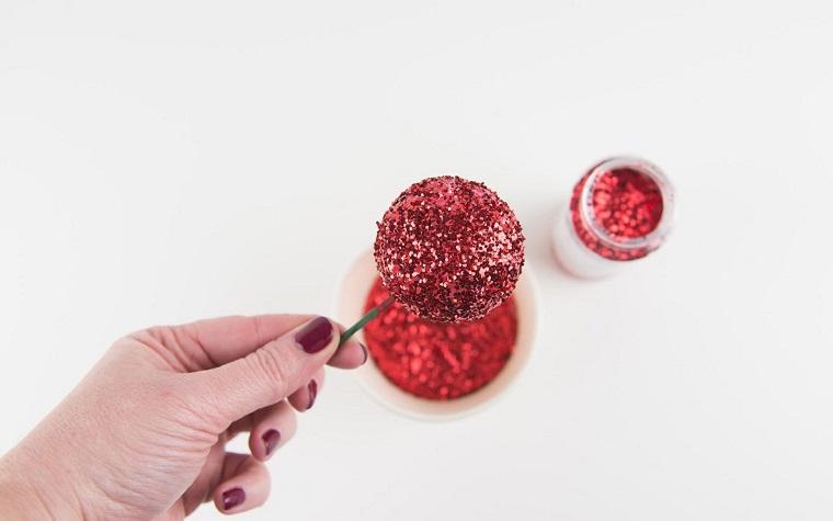 palline di polistirolo decorate di rosso corone natalizie da appendere alla porta
