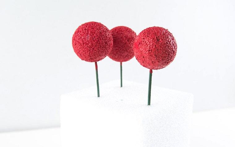 palline di polistirolo dipinte di rosso ghirlande natalizie tutorial