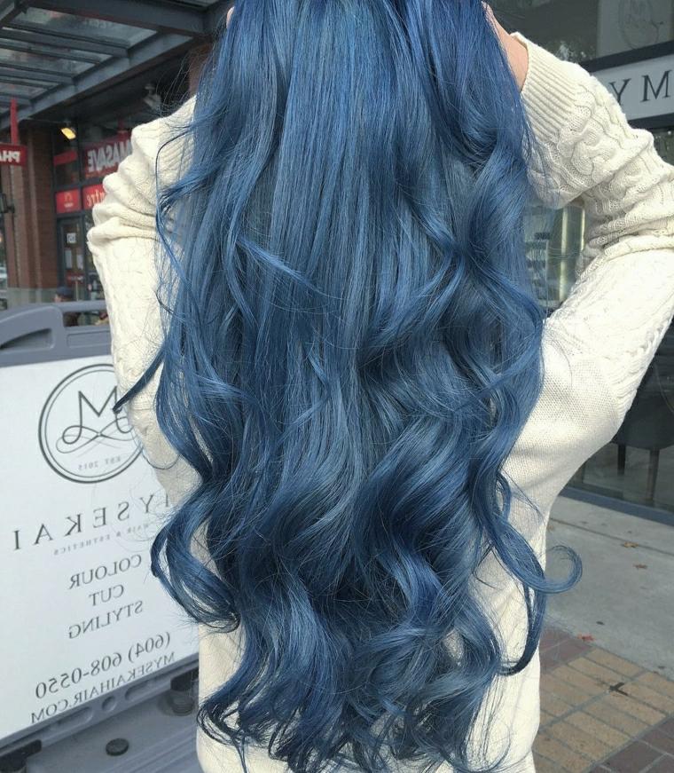 Colorazione blu per dei capelli lunghi, effetto onde creato con piastra