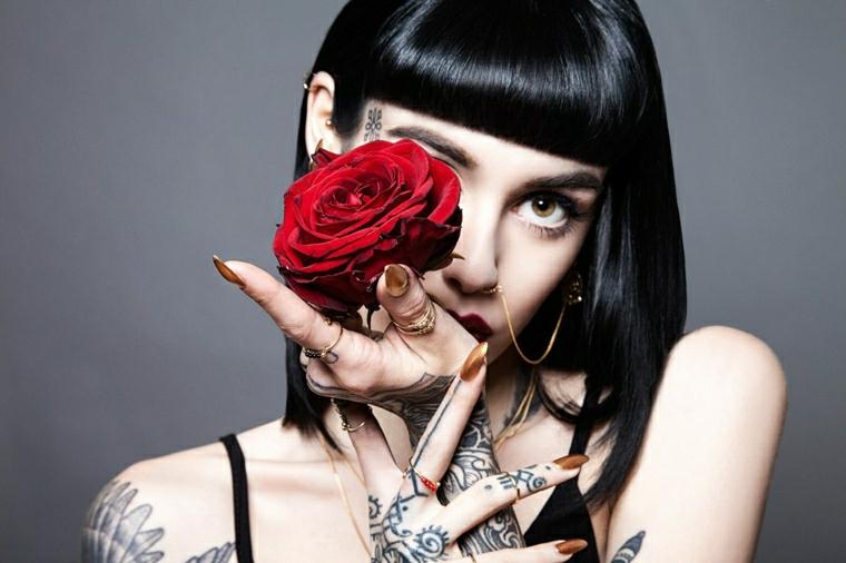 Disegni belli per tatuaggi femminili, donna con tanti tattoo sulle braccia