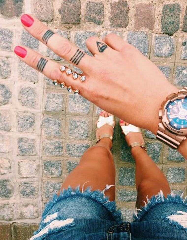 Idea tatuaggi sulle dita delle mani di una ragazza, abbinamento al look casual