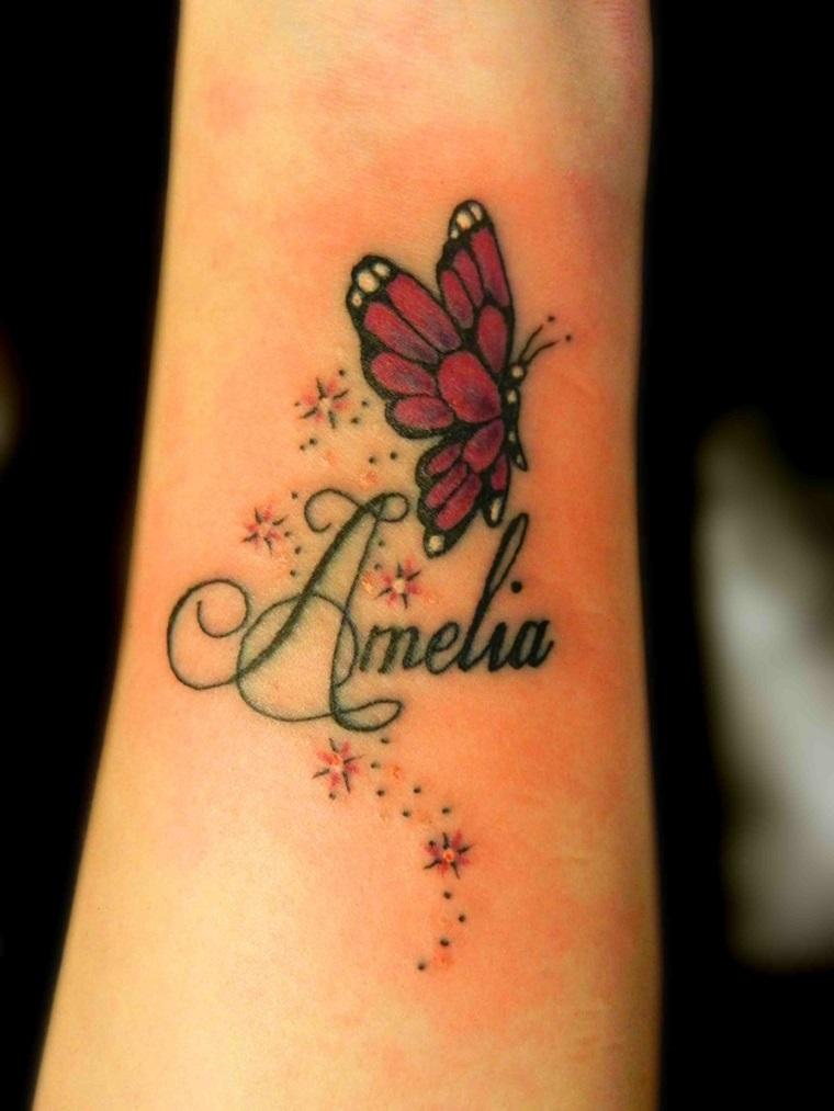 Tatuaggi femminili, idea per un tattoo con scritta il nome Amelia decorato con una farfalla colorata