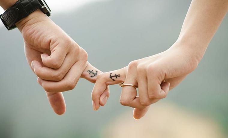 Tatuaggi belli dalle dimensioni piccole per uomo e donna, tattoo ancora sul pollice